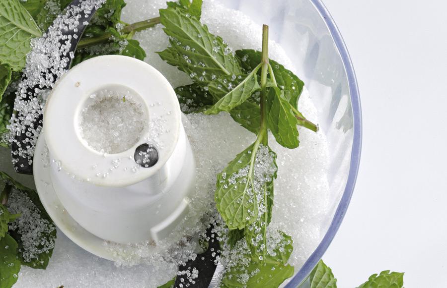 Triturando azúcar y menta