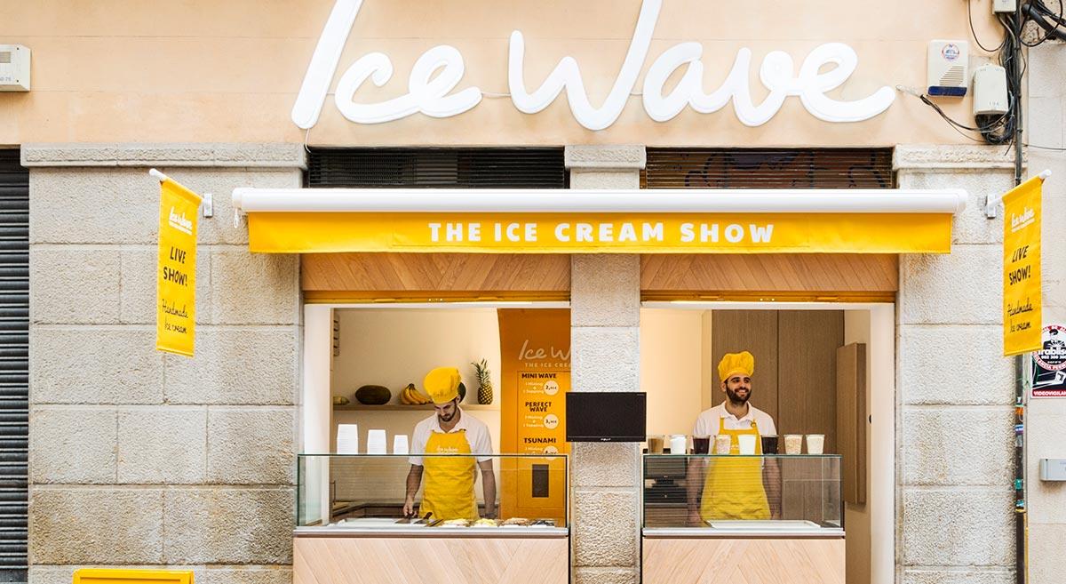 e61c52a6aa ... local. El helado se enrolla y se sirve en tarrinas de distintos  tamaños. La compañía también comercializa otros productos como crepes  calientes llamados ...
